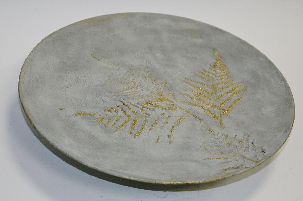 arthobbystudio lublin0006warsztaty efekt betonu jesienna taca z paprocią zlocenia