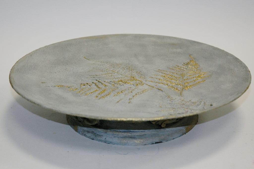 arthobbystudio lublin0007warsztaty efekt betonu jesienna taca z paprocią zlocenia