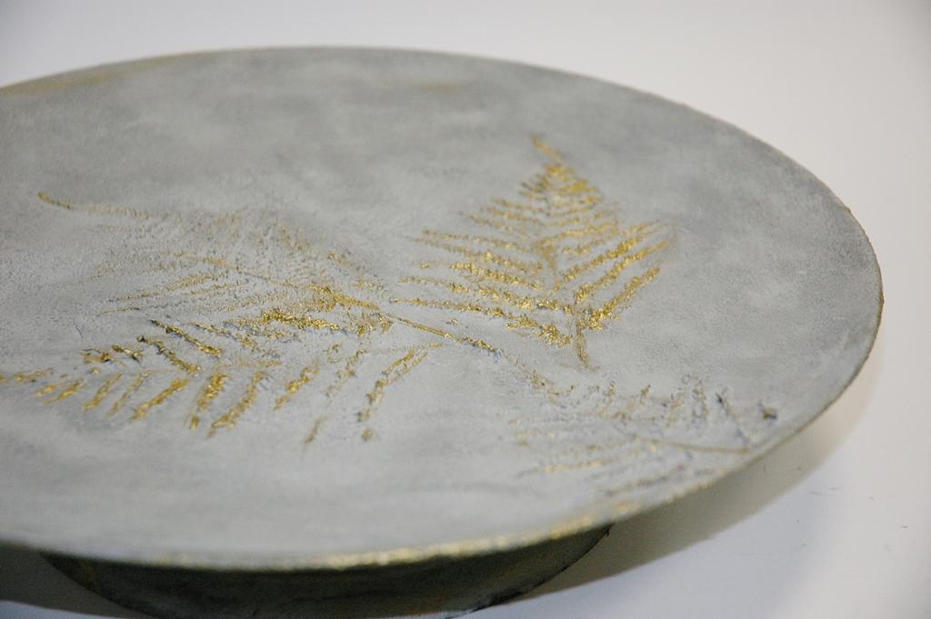arthobbystudio lublin0011warsztaty efekt betonu jesienna taca z paprocią zlocenia