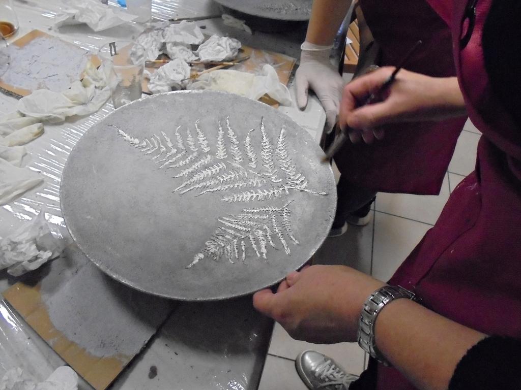 arthobbystudio lublin0022warsztaty efekt betonu jesienna taca z paprocią zlocenia