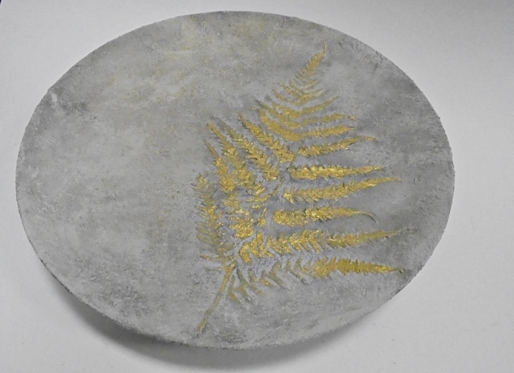 arthobbystudio lublin0025warsztaty efekt betonu jesienna taca z paprocią zlocenia