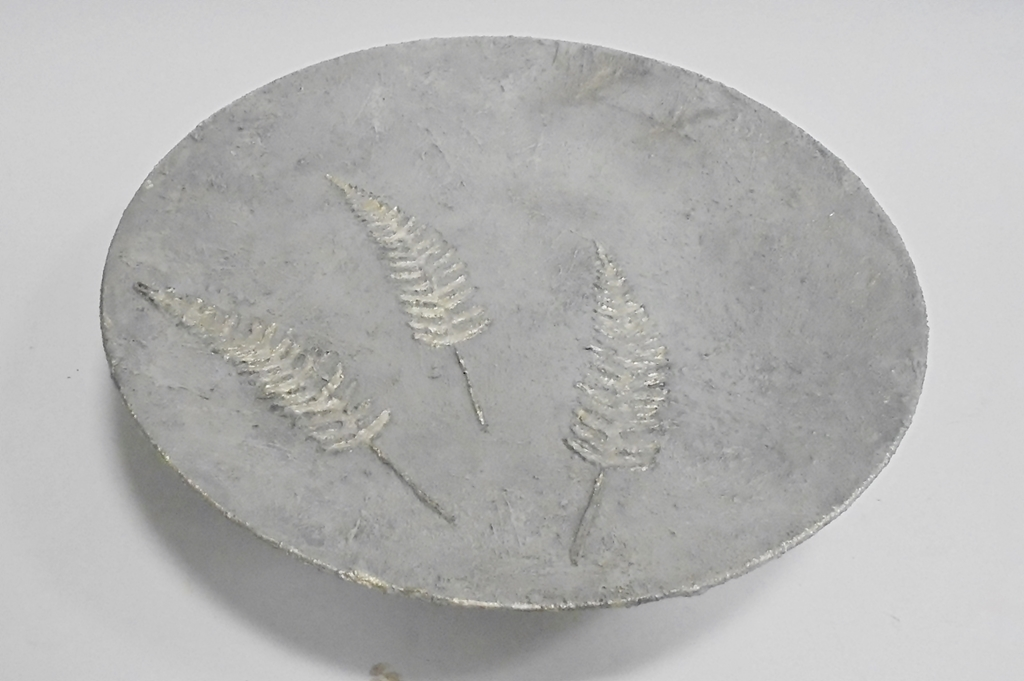 arthobbystudio lublin0030warsztaty efekt betonu jesienna taca z paprocią zlocenia