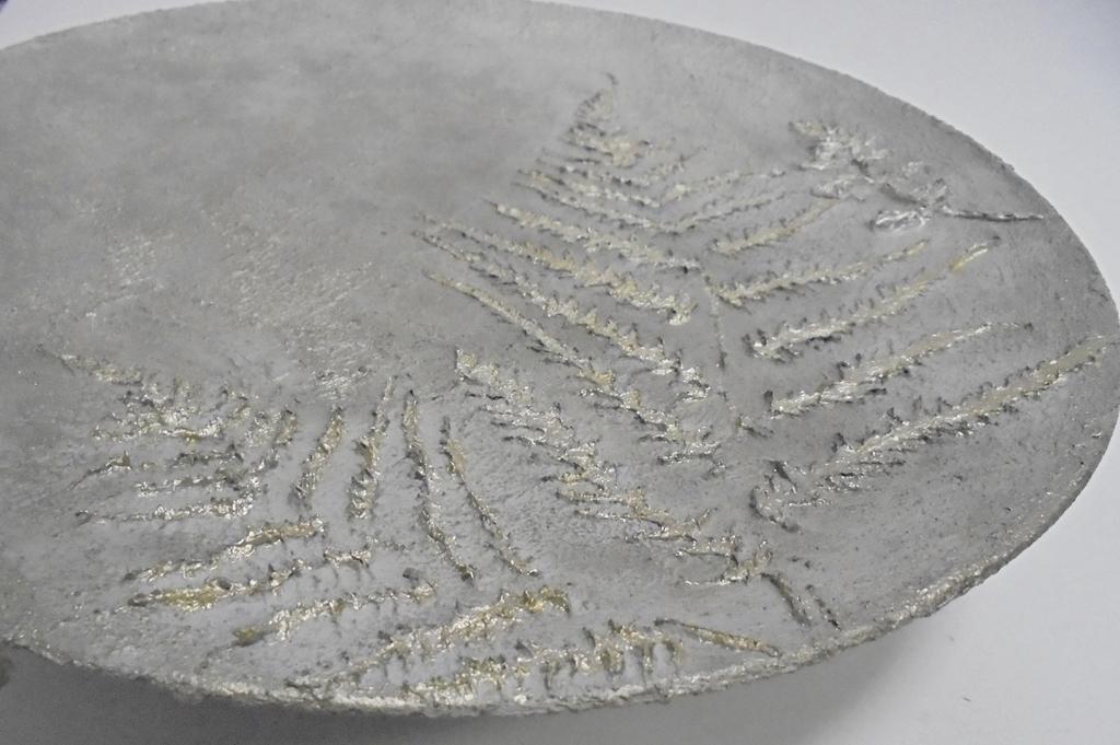 arthobbystudio lublin0034warsztaty efekt betonu jesienna taca z paprocią zlocenia