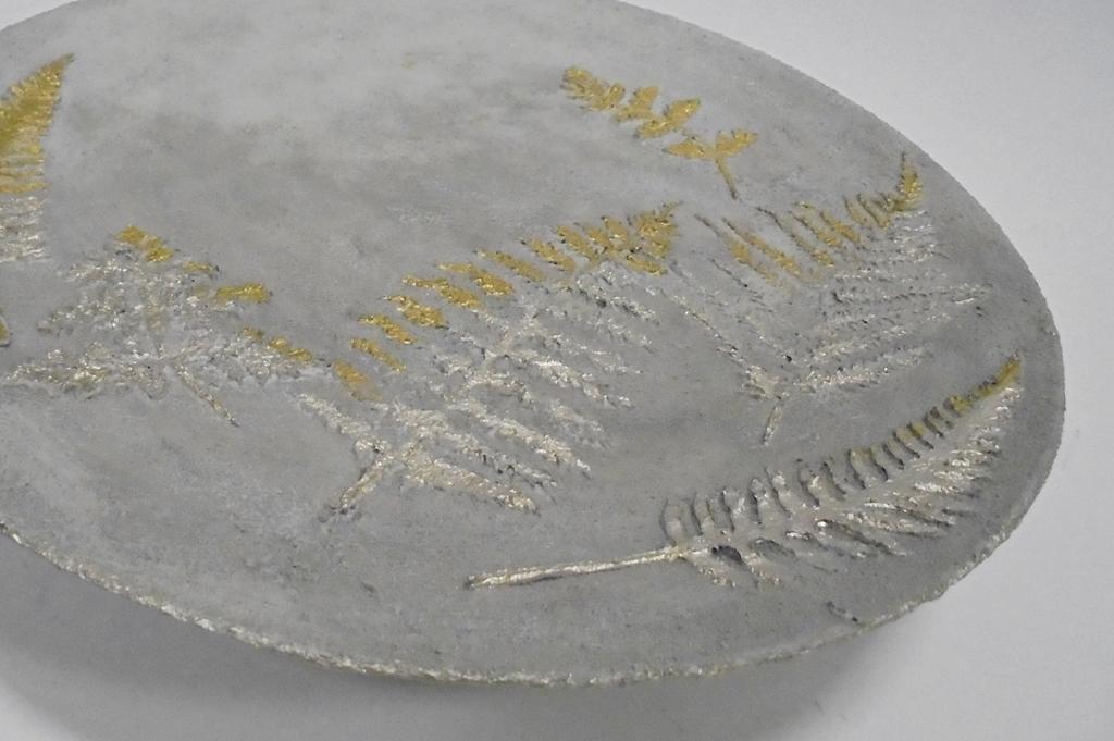 arthobbystudio lublin0040warsztaty efekt betonu jesienna taca z paprocią zlocenia