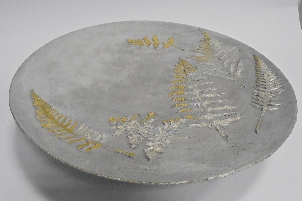 arthobbystudio lublin0041warsztaty efekt betonu jesienna taca z paprocią zlocenia