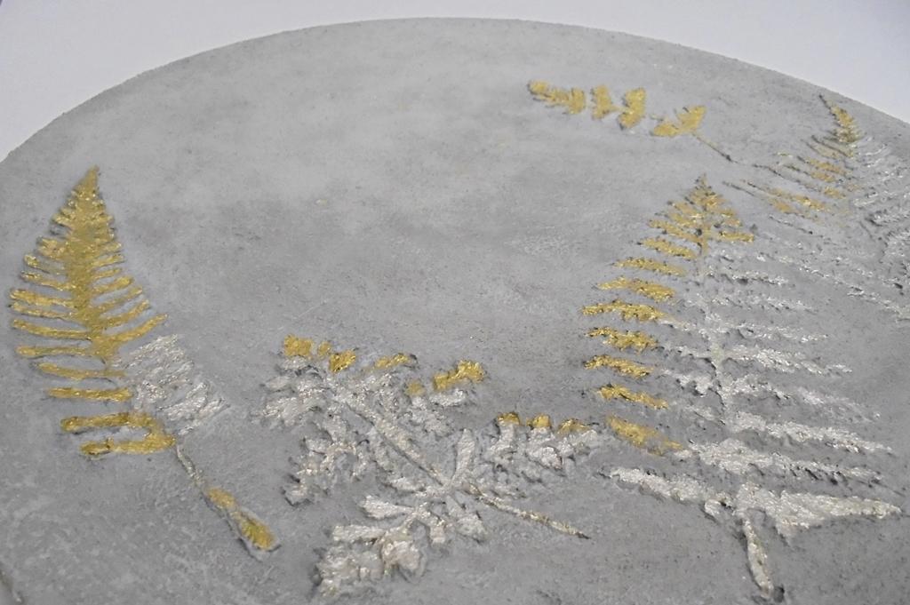 arthobbystudio lublin0042warsztaty efekt betonu jesienna taca z paprocią zlocenia